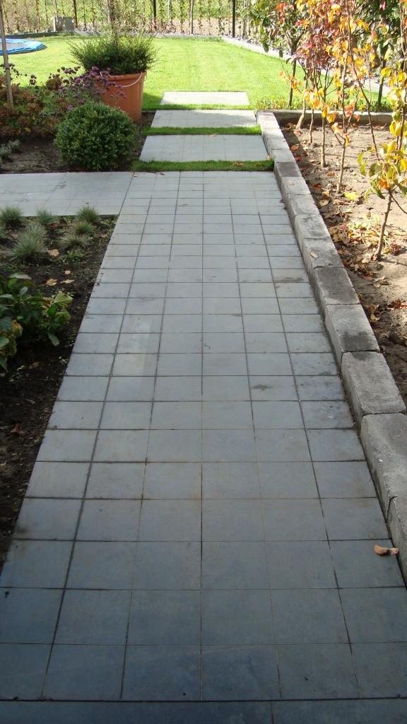 Betonnen pad met ingevreesde tegels van 16 cm x 16 cm