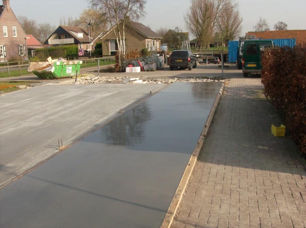 Een gevlinderde betonvloer voor een fietsenstalling