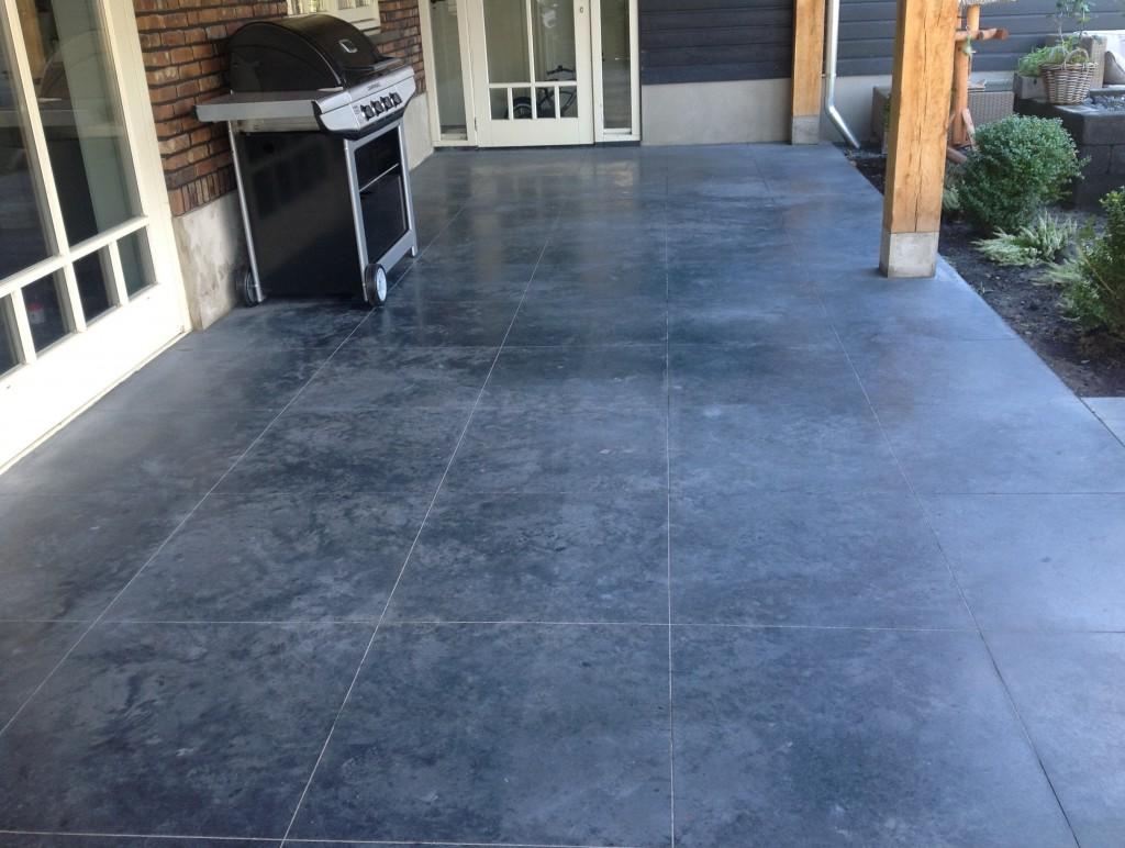 Gevlinderde betonnen terras met ingevreesde tegels 60cm x 60 cm
